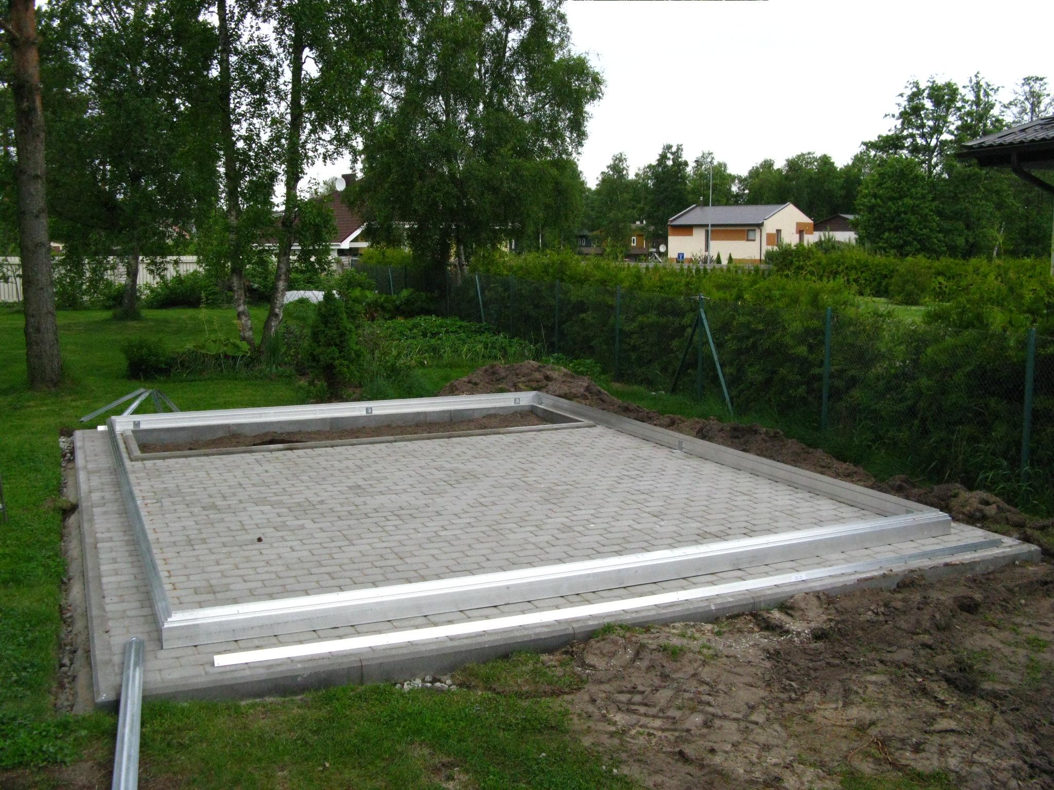 Kasvuhoone vundamendina võib kasutada ka kiviplaatidest laotud kindlat alust. Sellel nn plaatvundamendile on hea paigaldada ja sisepind jääb kergesti hooldatav kivipõrand.