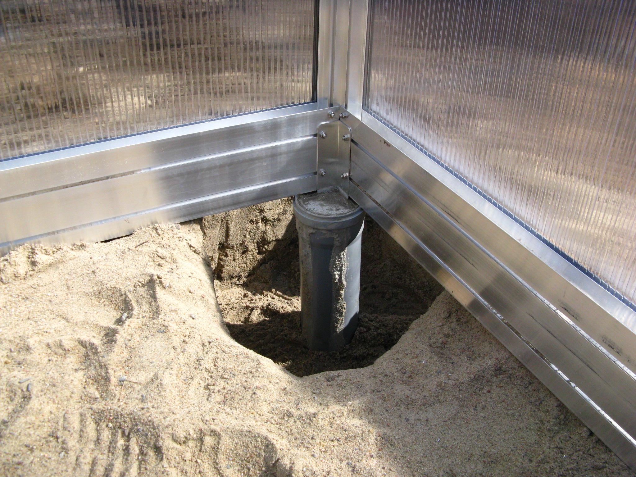 Kasvuhoone postvundamendi nurgapost on lahti kaevatud, et ilusti pildile saada